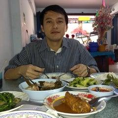 Photo taken at ร้านข้าวแกง.ชาวใต้ by Jarunee K. on 12/1/2012
