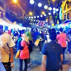 Photo taken at Pasar Malam Jalan Tuanku Abdul Rahman by Nissa Z. on 7/26/2013