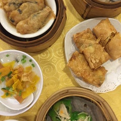 Photo taken at Swatow Seafood Restaurant 汕头海鲜 by Persis T. on 11/7/2015