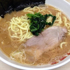 Photo taken at 横浜ラーメン町田家 町田本店 by KaZ on 1/10/2015