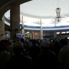 Photo taken at Masjid Raya Sabilal Muhtadin by Fa'at F. on 6/14/2013