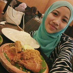 Photo taken at Restoran Ayam Penyet- AP by Eiyla S. on 11/25/2015