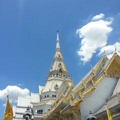 Photo taken at วัดโสธรวรารามวรวิหาร (Wat Sothon Wararam Worawihan) by Akharaphol T. on 6/30/2013