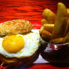 Photo taken at Red Robin Gourmet Burgers by S N33KY1 on 10/4/2013