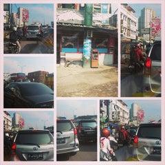 Photo taken at Jalan Tol Lingkar Luar Jakarta Seksi W2 Selatan (JORR W2 S) by 私はハキムよ on 5/20/2014