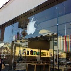 Photo taken at Apple Store, Chestnut Street by Pierre D. on 4/21/2013