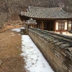 Photo taken at 동구릉 by Cho k. on 1/24/2015