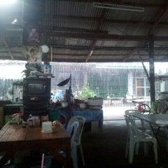 Photo taken at ร้านข้าวในตลาดอินทร์บุรีเก่า by Danai A. on 7/26/2012