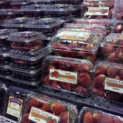 Photo taken at Giant Eagle Supermarket by Jayna P. on 4/20/2011