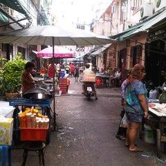 Photo taken at ตลาดตรอกหม้อ (Trok Mo Market) by Suttha N. on 6/30/2012