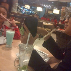 Photo taken at Pizza Hut by Enne M. on 8/4/2014