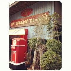 Photo taken at ตลาดคลองสวน 100 ปี (Klong Suan 100-Year-Old Market) by Meen P. on 3/16/2013