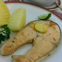 Photo taken at Took Lae Dee (ถูกและดี) by Lita on 9/10/2015