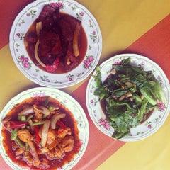 Photo taken at Sya-Sya Tomyam by Nik W. on 12/14/2012