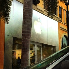 Photo taken at Apple Store, Coconut Point by Linda J. on 3/25/2013