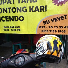 Photo taken at Kupat Tahu Lontong Kari Cicendo (sejak 1967) by Hollyvha O. on 9/1/2013