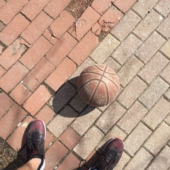 Foto tirada no(a) David Crombie Park Basketball Court por Andrew L. em 3/12/2016