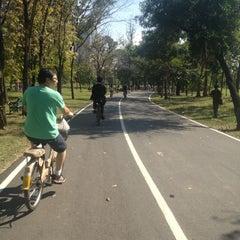 รูปภาพถ่ายที่ สวนวชิรเบญจทัศ (สวนรถไฟ) Vachirabenjatas Park (Rot Fai Park) โดย ✨Rainy✨ . เมื่อ 1/6/2013