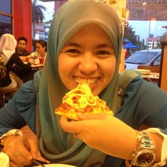 Photo taken at Pizza Hut by PaESs J. on 7/22/2013