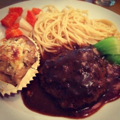 Photo taken at Queen's Café 皇后飯店 by James J. on 1/5/2014