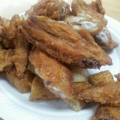 Photo taken at 荣记 Eng Kee Chicken Wing by Yvonne C. on 10/4/2013