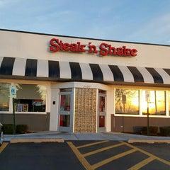 Photo taken at Steak 'n Shake by Eric L. on 11/14/2015