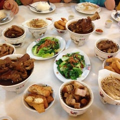 Photo taken at 宝香绑线肉骨茶 (Pao Xiang Bak Kut Teh) by Loo J. on 2/3/2014