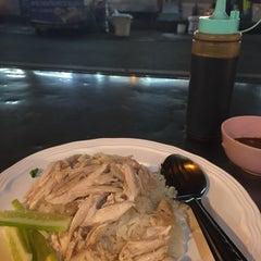 Photo taken at ข้าวมันไก่แชมป์โลก by Pichaya P. on 12/8/2014
