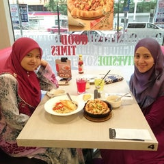 Photo taken at Pizza Hut by Siti NorAdibah S. on 3/10/2015