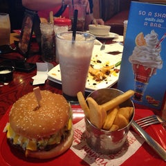 Photo taken at Red Robin Gourmet Burgers by Claudia B. on 8/16/2014