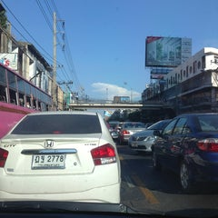 Photo taken at แยกรัชดา-ลาดพร้าว (Ratchada-Lat Phrao Intersection) by Gochie W. on 3/31/2013