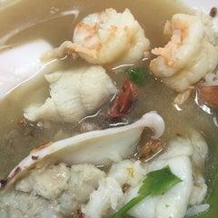 Photo taken at ข้าวต้มปลา (ตรอกถั่วงอก) by Tai K. on 4/22/2015