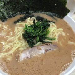 Photo taken at 横浜ラーメン町田家 町田本店 by Hiroshi K. on 6/26/2015