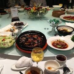 Photo taken at 眉州东坡酒楼 Meizhou Dongpo Restaurant by Makoto E. on 12/10/2012