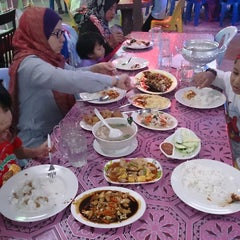 Photo taken at Barakat Tomyam Seafood by Raja Noor Adna A. on 3/26/2013