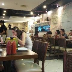 Photo taken at Pizza Hut by Hwi Swan C. on 7/12/2014