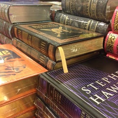 Photo taken at Barnes & Noble by Gussie W. on 11/15/2014