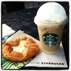 Photo taken at Starbucks by Ghen A. on 4/14/2013