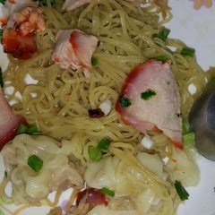 Photo taken at บะหมี่ แสบ X2 (Noodle+Khamoo Restaurant) by anny y. on 9/25/2015