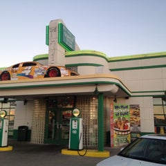 Photo taken at Quaker Steak & Lube® by Matt Y. on 9/24/2013