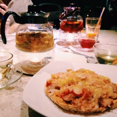 Photo taken at Gilly Cafe (叹茶屋) by Agent.R N. on 5/3/2015