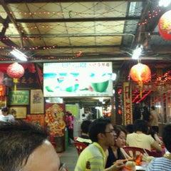 Photo taken at 港村海鲜楼 Port Village (Tanjung Harapan) by Julian on 4/21/2012