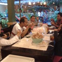 Photo taken at Mang Kabayan by Novi W. on 6/22/2014