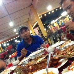 Photo taken at Pantai Jeram Restoran Ikan Bakar & Katering by Nasir 7. on 8/25/2014