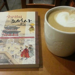 Photo taken at 星巴克 Starbucks by Joseph L. on 11/10/2013