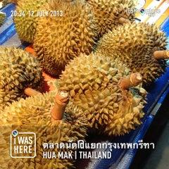 Photo taken at ตลาดนัดแยกกรุงเทพกรีฑา (Yaek Krungthep Kritha Market) by Taweerut S. on 7/12/2013