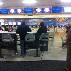Photo taken at Brunswick Cal Oaks Bowl by Rowell F. on 12/25/2012