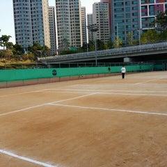 Photo taken at 반포종합운동장 테니스코트 by Eugene J. on 10/4/2014