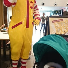 Photo taken at McDonald's by Ivia A. on 4/8/2015