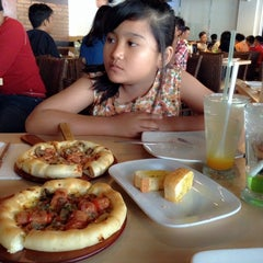Photo taken at Pizza Hut by cho c. on 7/31/2014